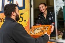 Gửi tặng tấm lòng bằng pizza: Hôm nay làm từ thiện, mỗi ngày làm từ thiện!