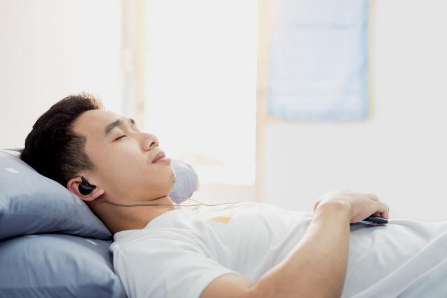 """Đeo tai nghe khi ngủ có thể dẫn đến """"điếc đột ngột"""""""