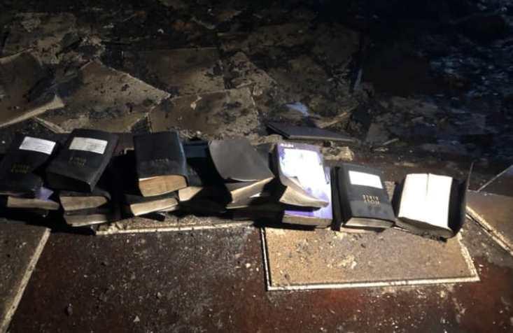 Nhà thờ bị lửa thiêu rụi, nhưng Kinh Thánh và thánh giá đều nguyên vẹn