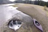 Hồ Lost Lake bí ẩn ở Mỹ: Nước hồ bị hút hết xuống một hang động