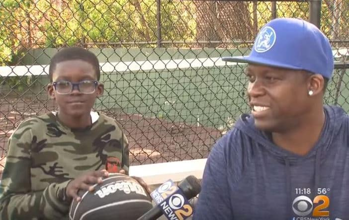 Người bố tranh thủ học toán trên tàu điện ngầm để dạy con trai