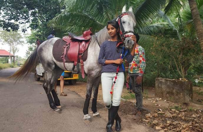 Nữ sinh Ấn Độ cưỡi ngựa tới trường (video)