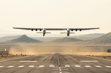 Stratolaunch – chiếc máy bay lớn nhất thế giới đã cất cánh (video)