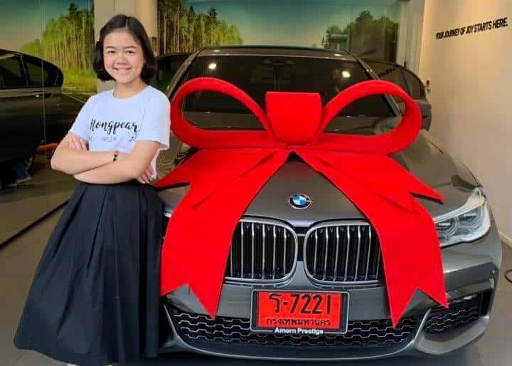 Chuyên gia trang điểm 12 tuổi tự thưởng cho mình chiếc xe BMW
