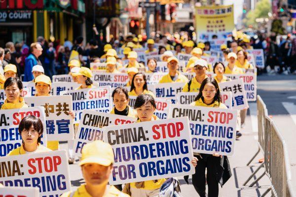 diễu hành phản đối mổ cướp nội tạng học viên Pháp Luân công