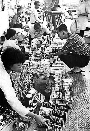 Sài Gòn xưa: Đô la đỏ & hàng PX