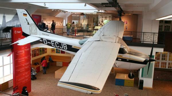 Chàng trai 19 tuổi lái máy bay đến Moscow, hơn 300 tướng Liên Xô bị cách chức