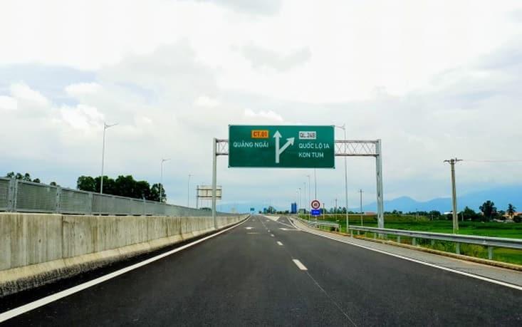 Biển giao thông chỉ hướng đi Quảng Ngãi trên cao tốc Đà Nẵng - Quảng Ngãi. (Ảnh: VP. VEC)