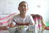 Cậu bé 11 tuổi ăn 5 bữa cơm một ngày để cứu cha
