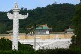 Cột trụđá trước cung điện và cách người xưa biểu đạt ý dân