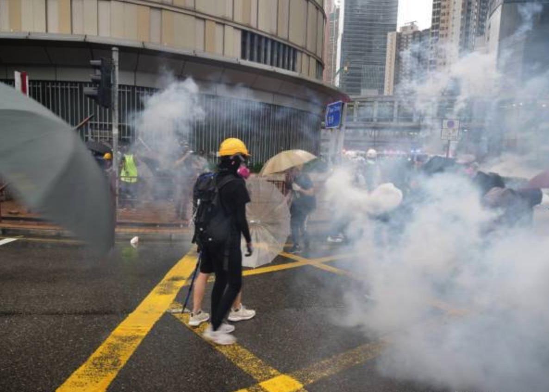 Người biểu tình Hồng Kông vô hiệu hóa lựu đạn cay