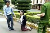 Đắk Lắk: Cô giáo quỳ trong sân trụ sở UBND tỉnh để nộp đơn khiếu nại