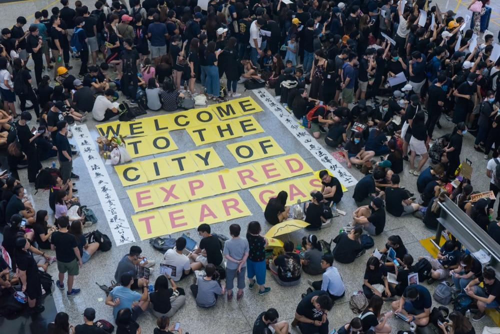 Cảnh báo Trung Quốc của ông Trump đến khi người biểu tình tiếp tục tập trung tại Cảng hàng không Quốc tế Hồng Kông.
