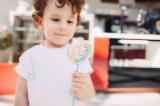 """Tâm lý """"đứa trẻ-cái kẹo"""" và mặc cảm của người đi cho"""