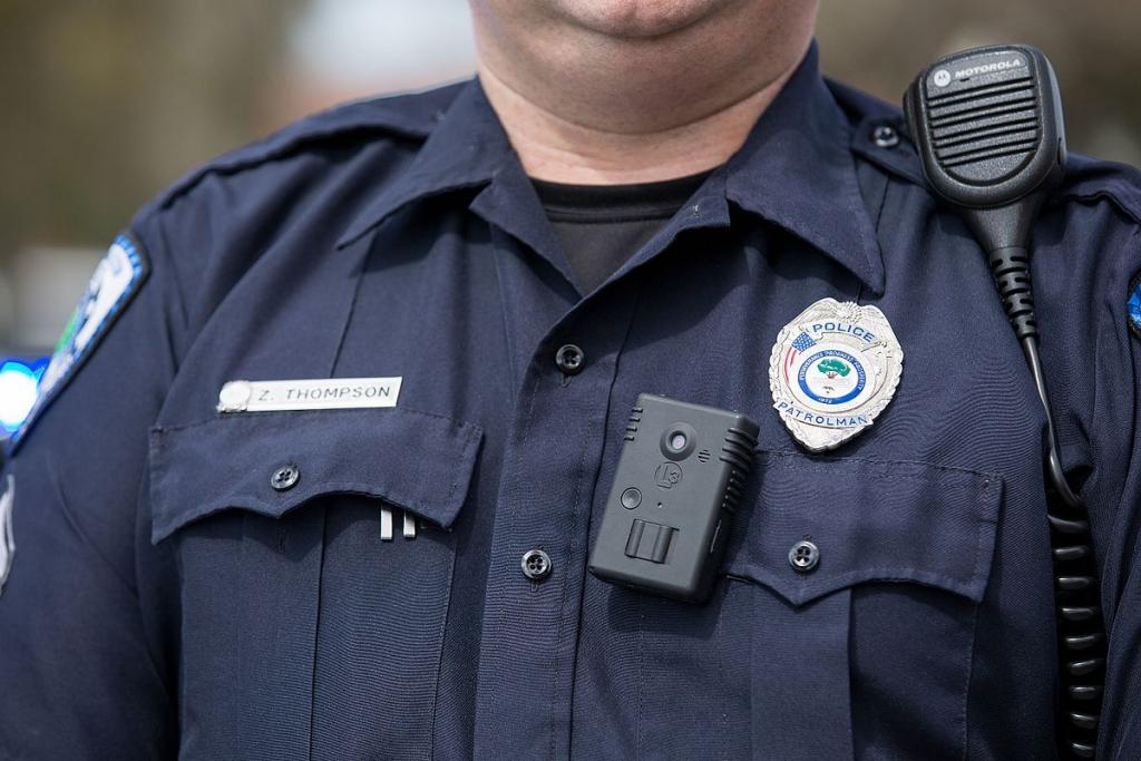 California ra luật cấm lực lượng thực thi pháp luật sử dụng camera gắn người có phần mềm nhận dạng khuôn mặt.