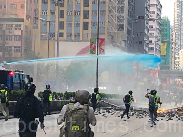Cảnh sát phun nước màu xanh vào người biểu tình.