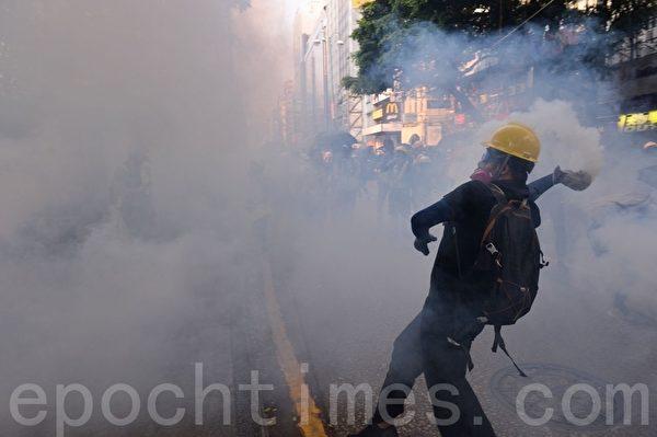 Cảnh sát sử dụng lựu đạn hơi cay ở khu vực Tiêm Sa Chủy