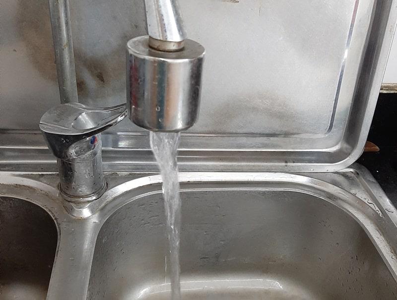 nước sạch có mùi lạ, nước nhiễm dầu thải, nước sông Đà