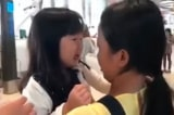 Xúc động cảnh bé gái òa khóc mếu máo khi tiễn chị giúp việc về nước