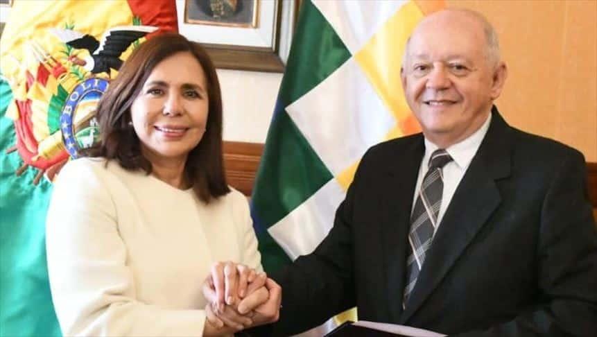 Ông Walter Oscar Serrate Cuellar (phải) được chỉ định làm đại sứ tạm thời tại Mỹ.