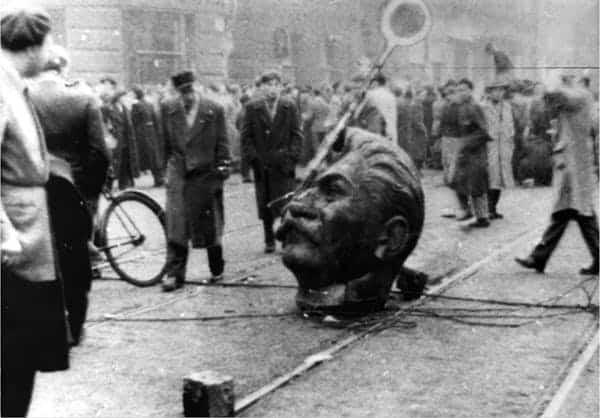 Một khung cảnh của Cách mạng Hungary trước khi quân Liên Xô tràn vào.
