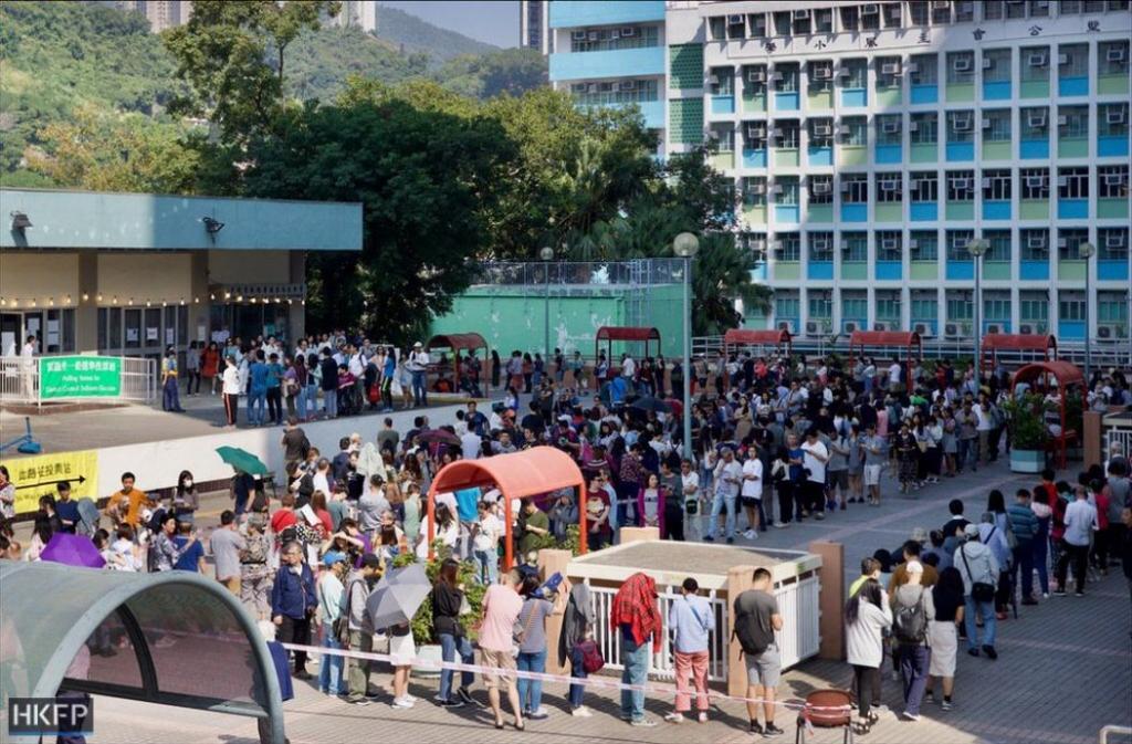 Cử tri xếp hàng tham gia bầu cử tại Lek Yuen Estate hôm 24/11