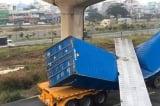 TP.HCM: Dầm bê tông cầu bộ hành đè bẹp container