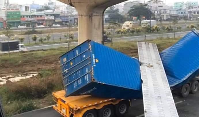 Xe container kéo sập dầm bê tông