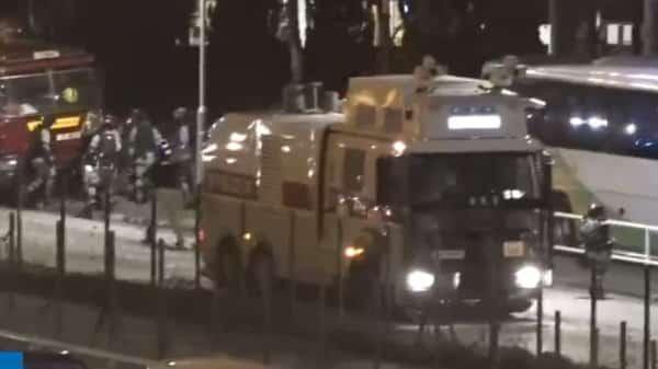 Lúc 22:00 ngày 12/11, xe phun vòi rồng tiến vào Đại học Trung văn Hồng Kông.