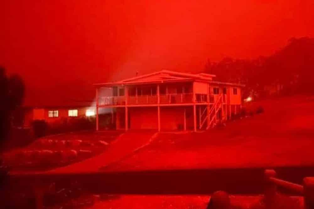 Úc: Bầu trời chuyển đỏ khi cháy rừng tới gần thị trấn ven biển