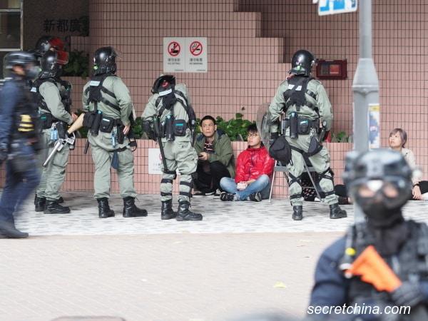 Cảnh sát Hồng Kông bao vây người biểu tình