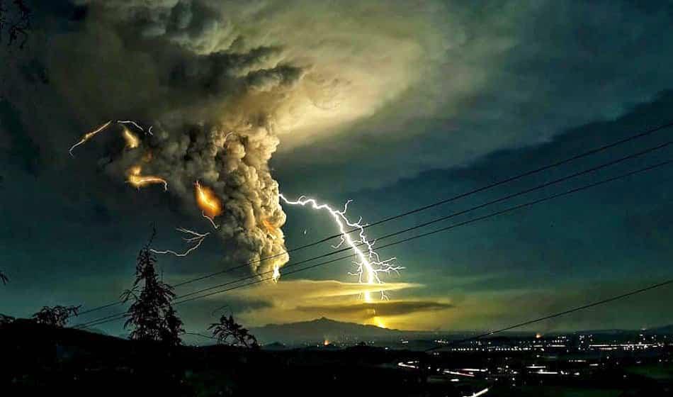 núi lửa Taal của Philippines tạo ra nhiều sấm sét