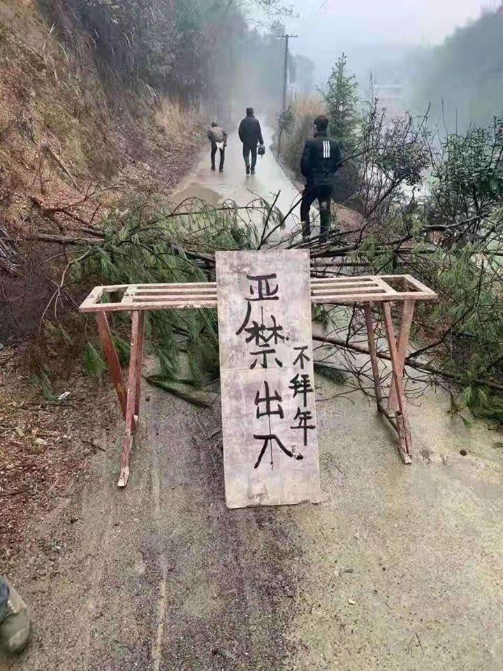 Người Trung Quốc ngăn đường để tự bảo vệ khỏi dịch bệnh