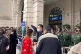 Bên ngoài cổng một bến xe Vũ Hán chiều ngày 23/1, có người dân muốn vào bên trong để lên xe nhưng đã bị công an và nhân viên mặc thường phục ngăn cản