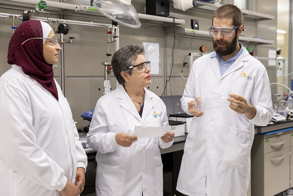 Bà-Ola-Habboud-trái-Suzana-Nunes-và-Bruno-Pulido-thảo-luận-về-công-nghệ-màng-PET-của-họ