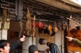 Chợ động vật hoang dã, chim sống phổ biến khắp nơi tại Trung Quốc, nó được coi là trung gian chính làm virus lây lan. Trong lúc dịch bệnh trên thế giới đang ở thời kỳ đỉnh cao, chính quyền Bắc Kinh lại cho phép các chợ kiểu này mở cửa lại, và được WHO ủng hộ, việc này mang đến mối đe dọa nghiêm trọng về an toàn y tế công cộng của thế giới. (Ảnh: Simon Law/Flickr/CC BY-SA 2.0)