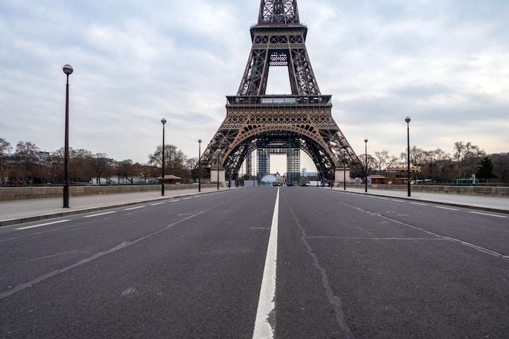 """Ảnh chụp ngày 30/3/2020, Tháp Eiffel nổi tiếng ở Pháp vắng tanh vì đại dịch """"viêm phổi Trung Cộng"""". (Ảnh: UlyssePixel/Shutterstock)"""