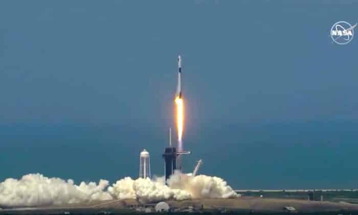 Tên lửa SpaceX Falcon 9 được phóng lên từ Trung tam Vũ trụ Kennedy vào chiều 30/5 (giờ Mỹ).