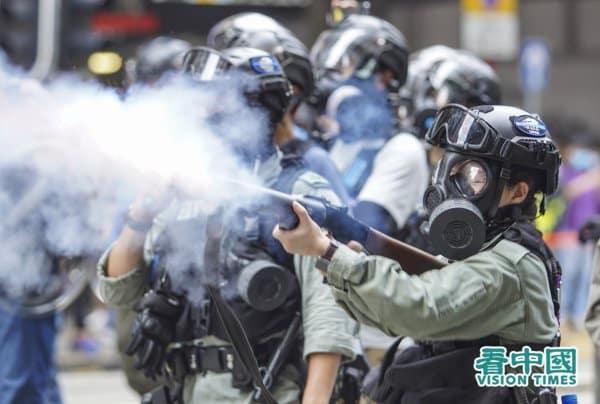 Ngày 24/5, cảnh sát bắn đạn hơi cay vào người biểu tình phản đối Luật An ninh Quốc gia phiên bản Hồng Kông