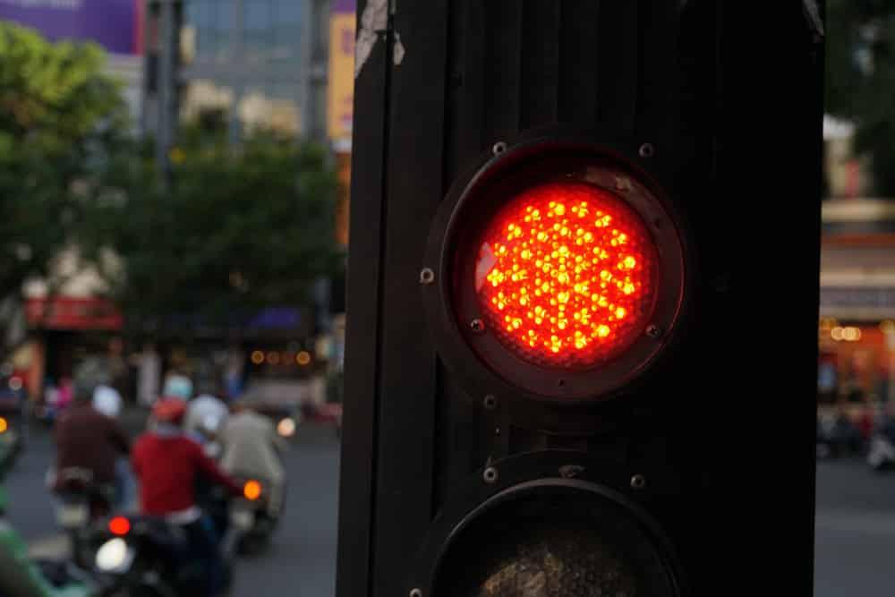 Bình Phước, xe biển xanh vượt đèn đỏ