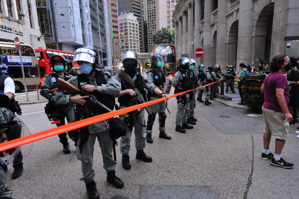 Cảnh sát lập phòng tuyến phong tỏa trước Tòa án chung thẩm. (Ảnh: Tống Bích Long/ Epoch Times).