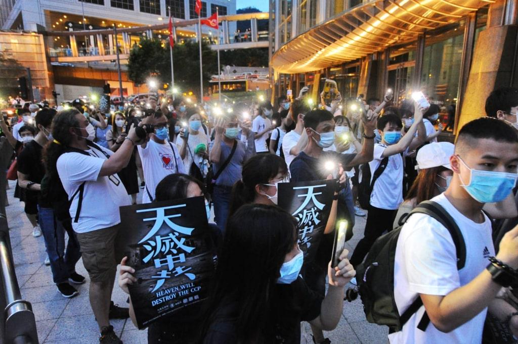 Người Hồng Kông diễu hành trước Trung tâm Cheung Kong. (Ảnh: Tống Bích Long / Epoch Times)