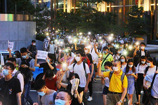 Người Hồng Kông diễu hành kỷ niệm 1 năm phong trào phản đối Dự luật Dẫn độ. (Ảnh: Tống Bích Long / Epoch Times)