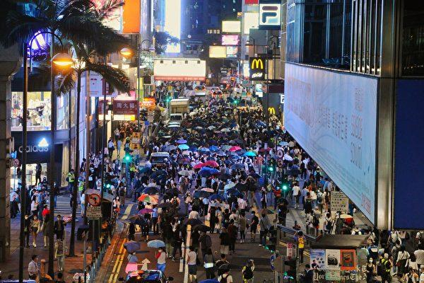 Tối ngày 6/9, hàng nghìn người Hồng Kông trên xuống đường phố ở Trung Hoàn diễu hành để kỷ niệm tròn một năm phản đối Dự luật Dẫn độ. Cuộc diễu hành sau đó đã bị cảnh sát dùng vũ lực xua đuổi. (Ảnh: Tống Bích Long/ Epoch Times).