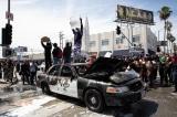 Los Angeles ngày 30/5/2020. Sự kiện biểu tình vì cái chết của người da màu George Floyd đã bùng nổ thành bạo lục và cướp bóc. Hình ảnh người biểu tình đứng trên xe cảnh sát bị đốt cháy
