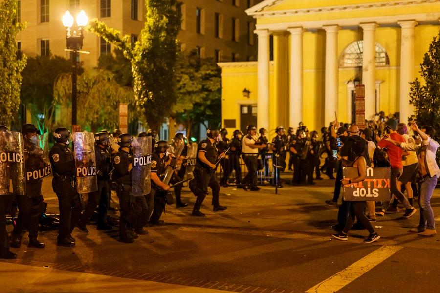 Nhiều người biểu tình tập trung trước Nhà Trắng ở Washington DC