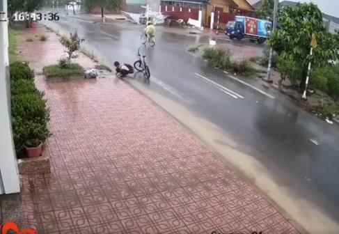 học sinh lớp 6 dọn rác tại cống thoát nước, Đồng Nai