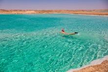 Hồ muối trong vắt ở ốc đảo Ai Cập, bạn có thể nổi trên mặt nước
