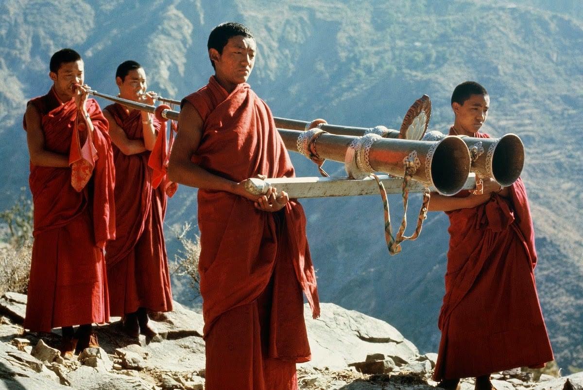 lạt-ma Tây Tạng nâng tảng đá bằng âm thanh