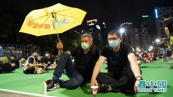 Năm nay là năm thứ 31 kỷ niệm Lục Tứ, người dân Hồng Kông không sợ lệnh cấm, kiên trì đến Công viên Victoria để thắp nến tưởng niệm. (Ảnh: Adrian / Vision Times)